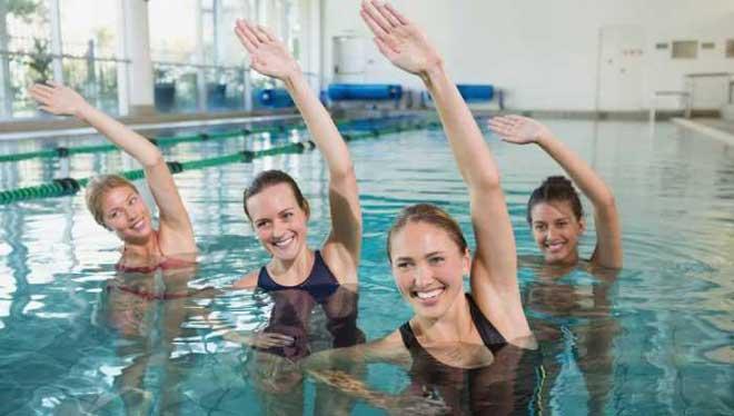 Для организма пребывание в воде — это безусловный плюс, однако если у вас стоит цель похудение или улучшение состояния мышц спины и позвоночника, а то и просто желаете уменьшить объем бедер, то эффект будет только в том случае, если регулярно выполнять специальные комплексы упражнений в воде для каждой зоны.