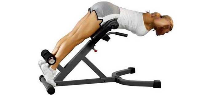 Для выполнения данного упражнения вам понадобится римский стул, который не часто встретишь в тренажерных залах.