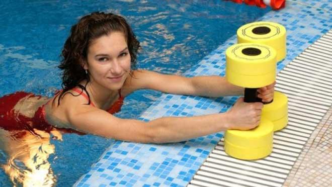 О пользе плавания знают многие, оно способствует снятию стресса, успокаивает нервы, улучшает тонус кожи, омолаживает.