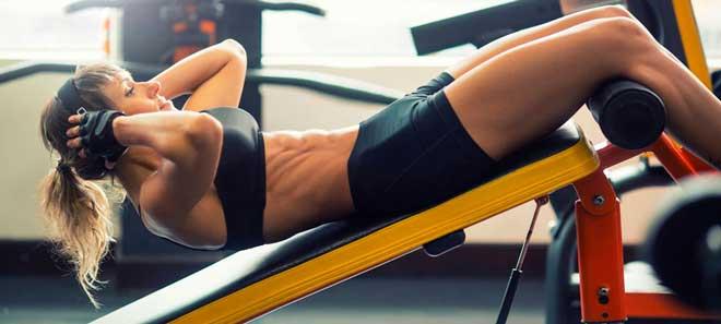 Упражнение задействует все мышцы живота, особенно верхнюю часть.