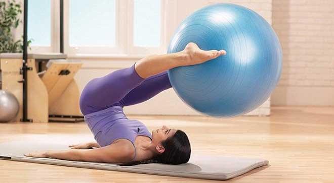 Упражнения на фитболе предполагают статические и аэробные занятия. В совокупности такие нагрузки укрепляют осанку.