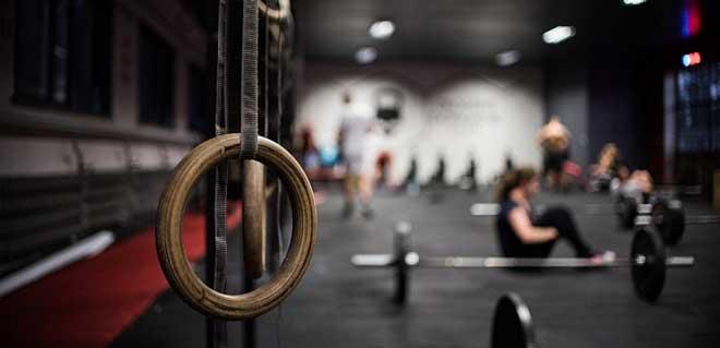 Основным базовым упражнением для мышц груди, спины, рук и плеч является движение, совмещающее подтягивания и отжимания на брусьях.